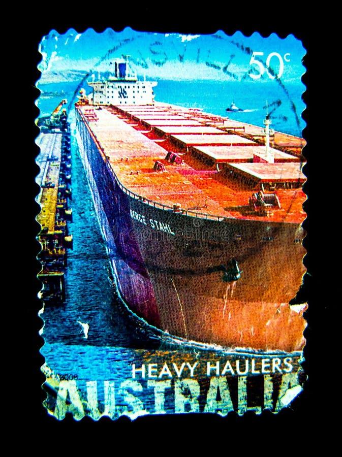 Znaczek drukujący w Australia pokazuje wizerunek ` ciskaczy Ciężkiego ` ładunku Czerwony statek na wartości przy obraz royalty free