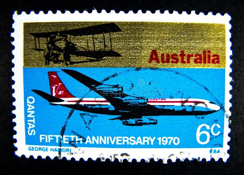 Znaczek drukujący w Australia pokazuje wizerunek Qantas drogi oddechowe samolot dla fiftieth rocznicy 1970 na wartości przy 6 cen zdjęcia stock