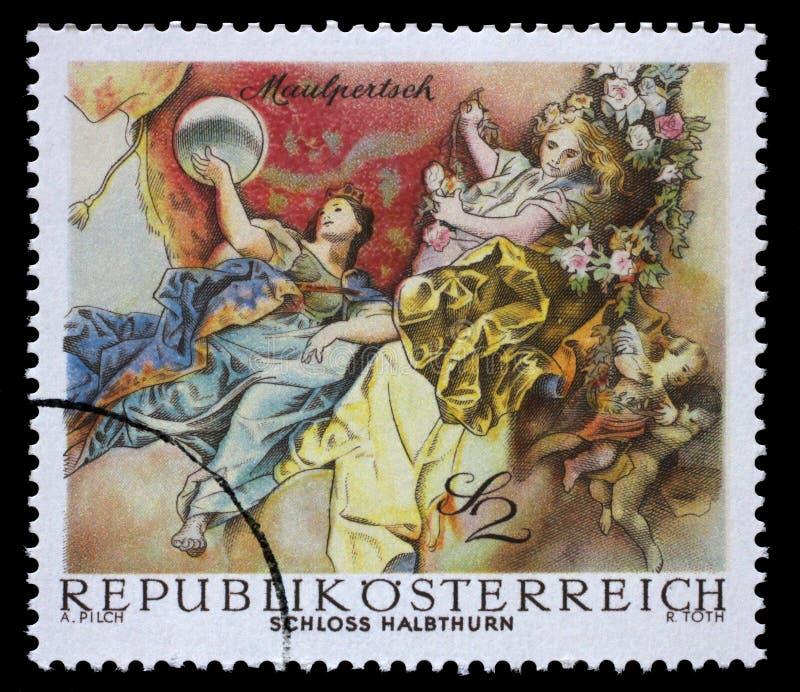 Znaczek drukujący w Austria pokazuje Symboliczne postacie od Triumph Apollo, Maulpertsch, Halbthurn kasztel obraz stock