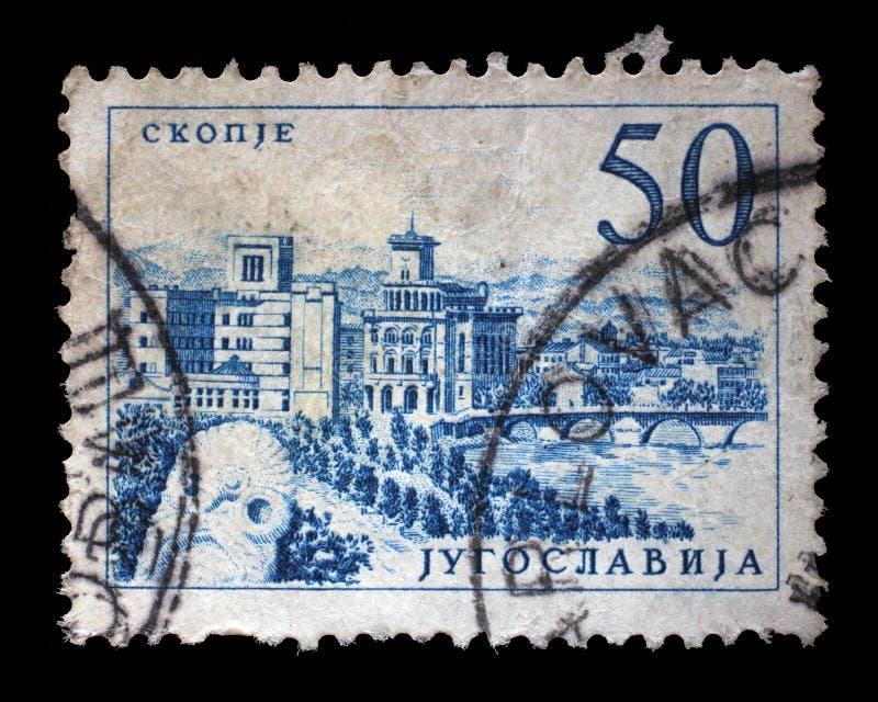 Znaczek drukujący w Jugosławia pokazuje most przy Skopje obrazy royalty free
