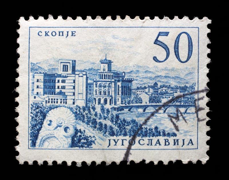 Znaczek drukujący w Jugosławia pokazuje most przy Skopje obrazy stock