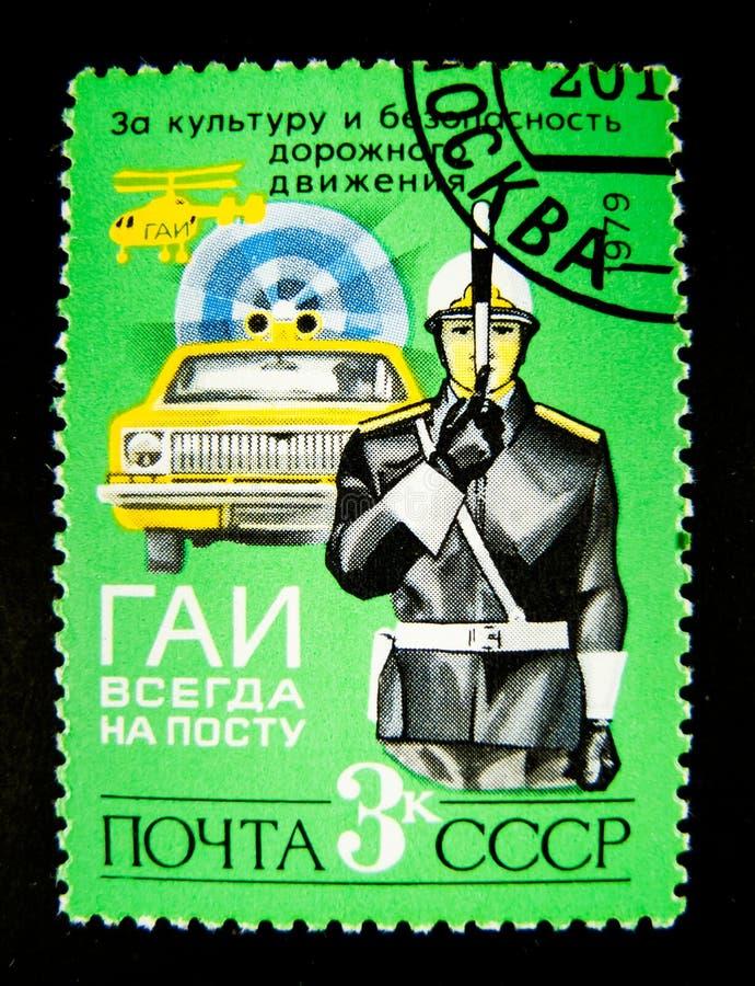Znaczek drukujący w Rosja pokazuje wizerunek policjant, kontroler i samochód z syreną, obraz stock