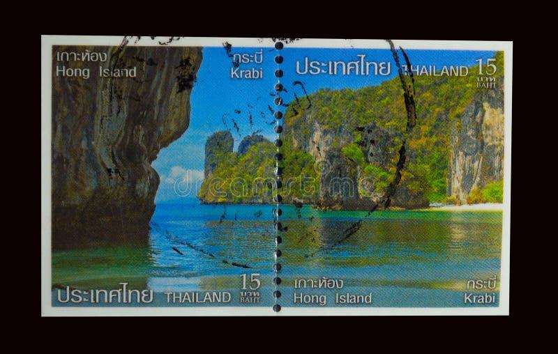 Znaczek drukujący w Tajlandia pokazuje wizerunek Piękni widok na ocean z górą przy Hong wyspą, Krabi zdjęcia royalty free