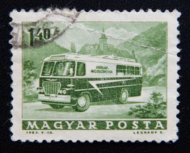 Znaczek drukujący w Węgry pokazuje opłata pocztowa autobus około 1963, fotografia royalty free