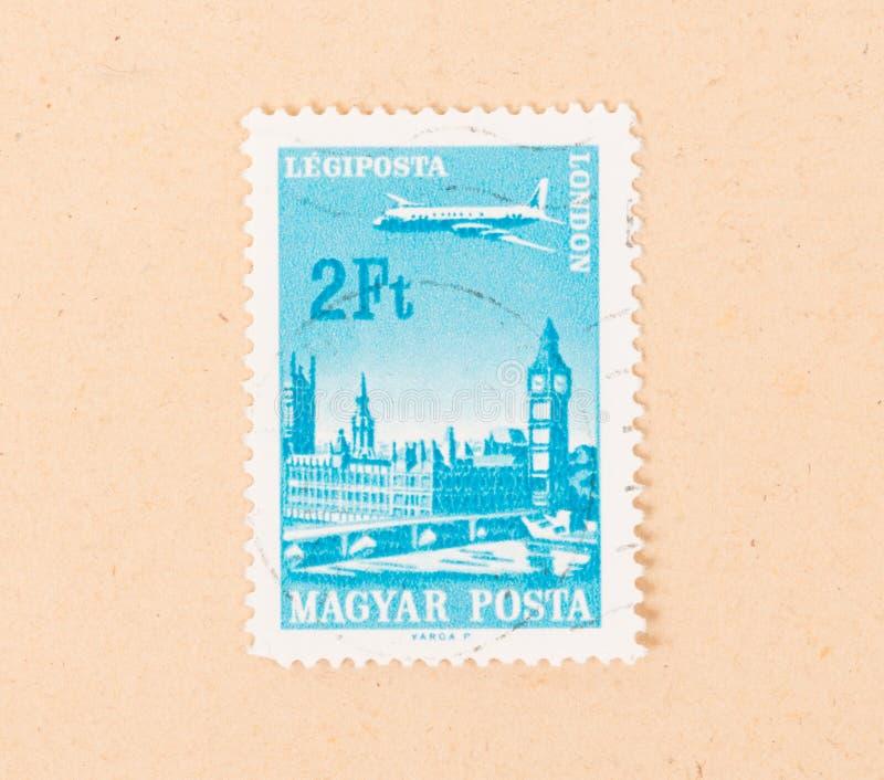 Znaczek drukujący w Węgry pokazuje samolot nad miastem Londyn, około 1970 obraz stock