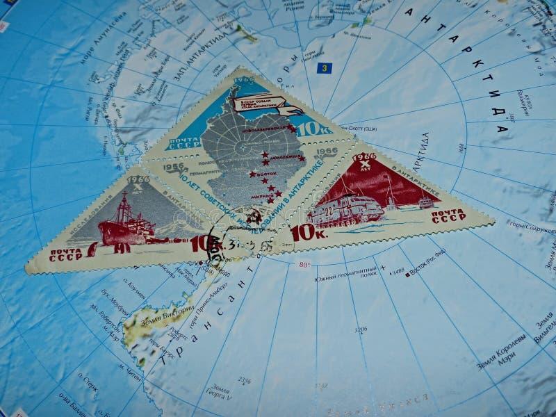 Znaczka pocztowego blok drukujący w USSR dedykującym 10th rocznica 1956-1966 sowieci badanie w Antarktycznym regionie obraz royalty free