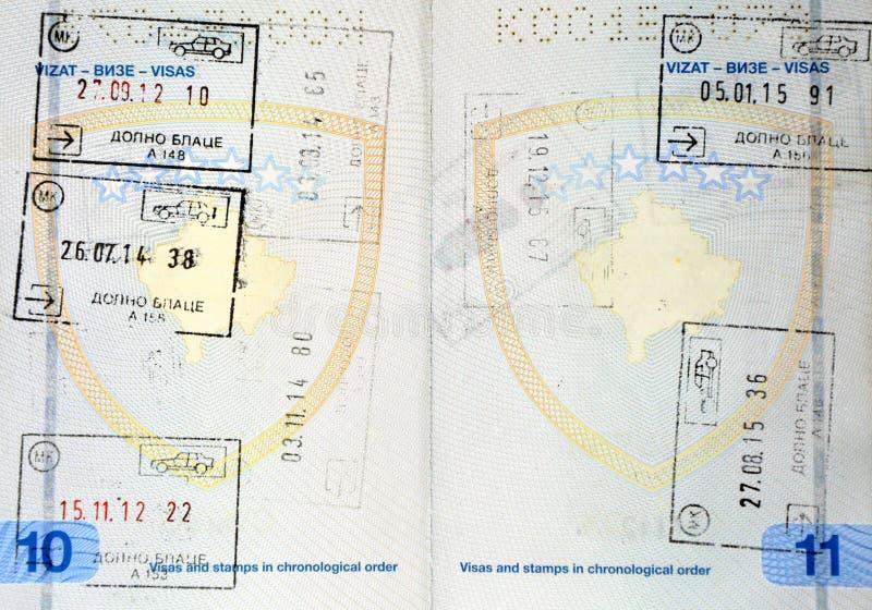 Znaczki wśrodku Kosowo paszporta obrazy stock