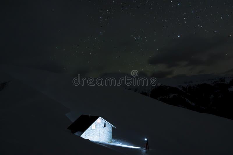 Znajdować halną kabinę przy nocą obrazy royalty free