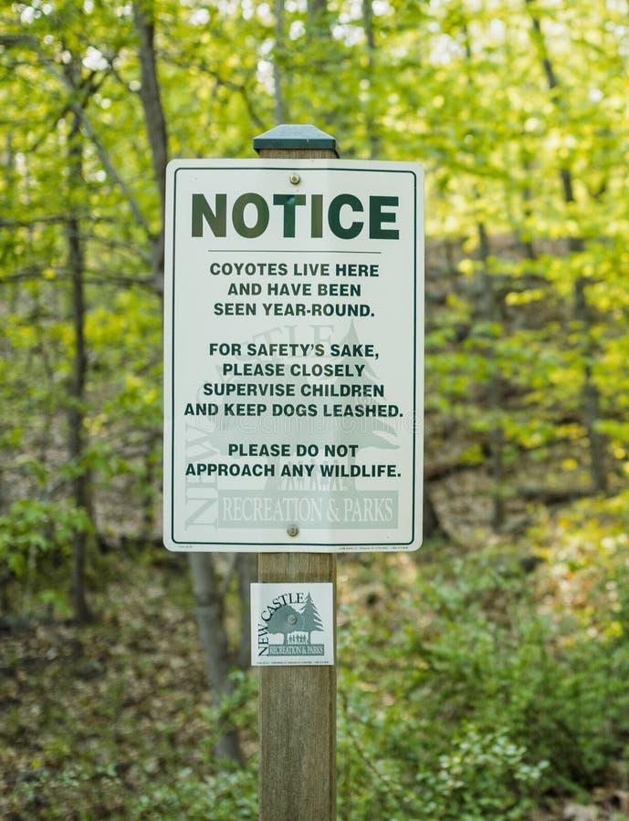 Znaków ostrzegawczych kojoty w przedmieściach zdjęcia stock