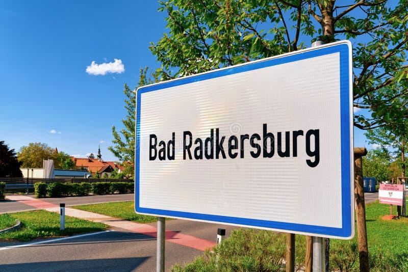 Znak drogowy Modern Traffic na białym Bad Radkersburg obraz stock