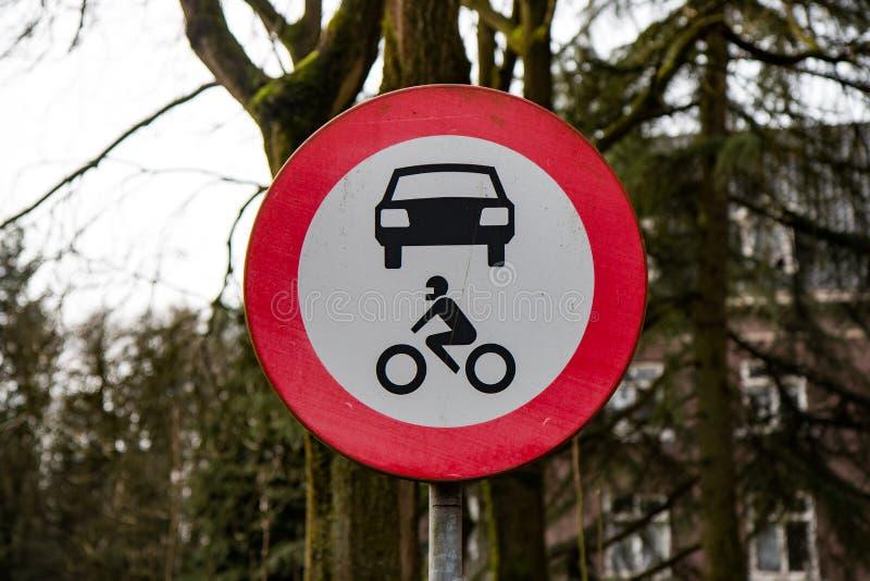 Znak drogowy zamknięty dla wszystkich pojazdów silnikowych na drodze krajowej obraz stock