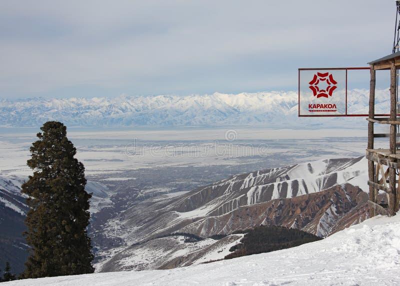 Znak Karakolu widok na Issyk Kula jeziorze i ośrodek narciarski zdjęcia royalty free