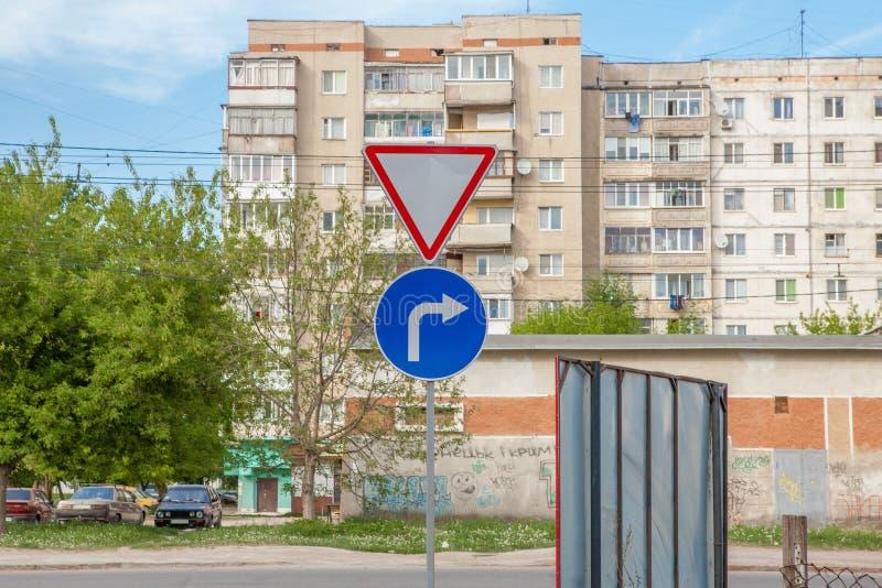 Znak który pokazuje drogę i wraca bezpośrednio tło dom zdjęcia royalty free