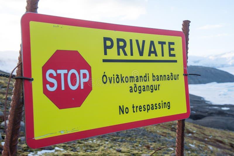 Znak mówiący, że ziemia jest prywatna i nie wolno jej wtargnąć zdjęcia royalty free