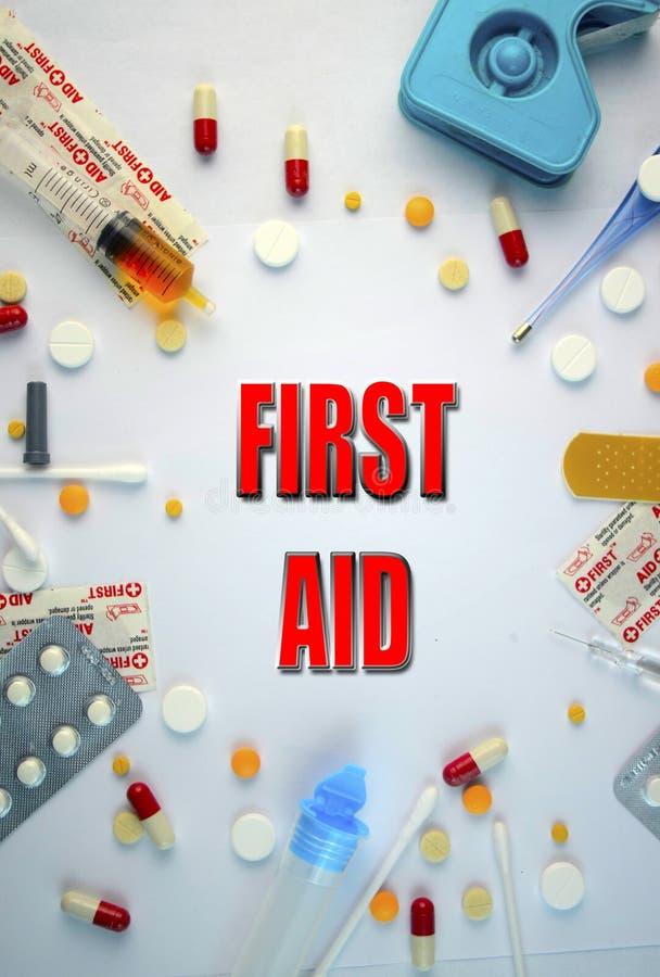 znak medyczny pierwsza pomoc tekst z znawca prawny na białym tle fotografia stock