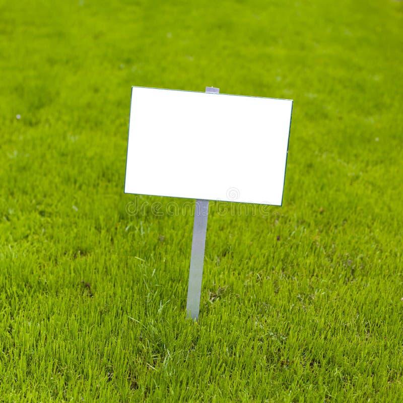 Znak na trawie fotografia stock
