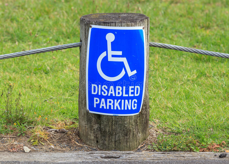 Znak niepełnosprawny parking na ulicznej stronie, pożytecznie dla supp obraz stock