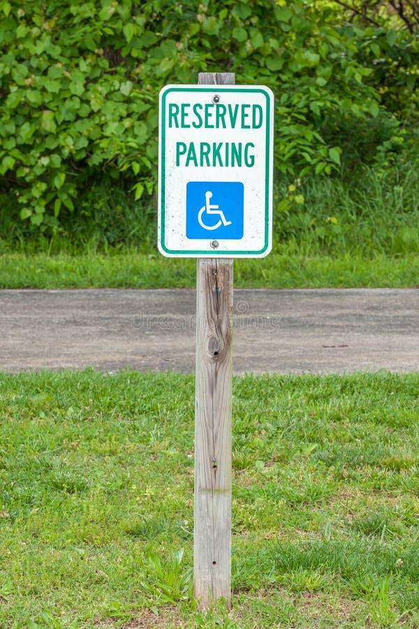 Znak niepełnosprawny parking na ulicznej stronie, pożytecznie dla supp fotografia royalty free