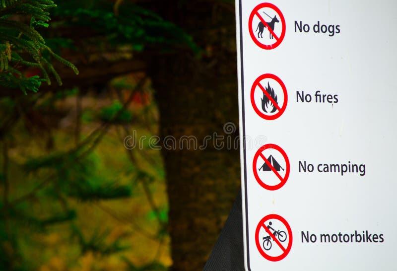 Znak Ostrzegawczy dla Żadny psów, Żadny ogienie, Żadny camping, Żadny motocykle pozwolił w parku obrazy stock