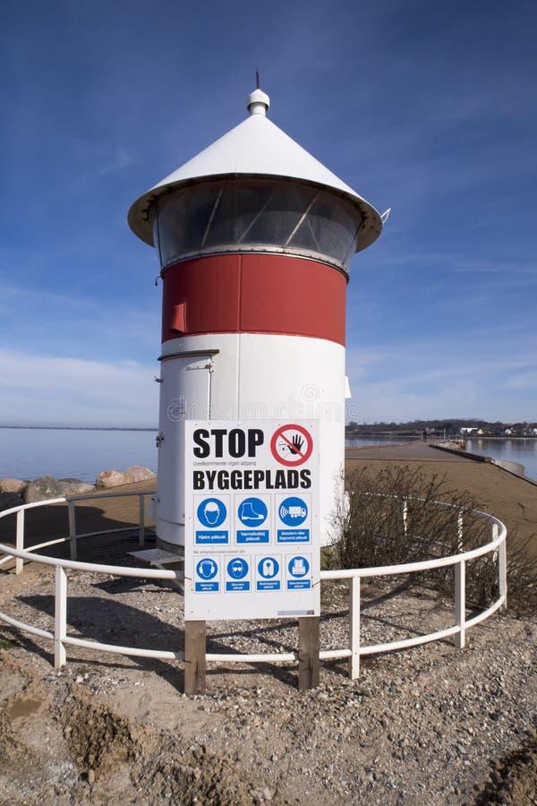 Znak ostrzegawczy i latarnia morska obraz stock