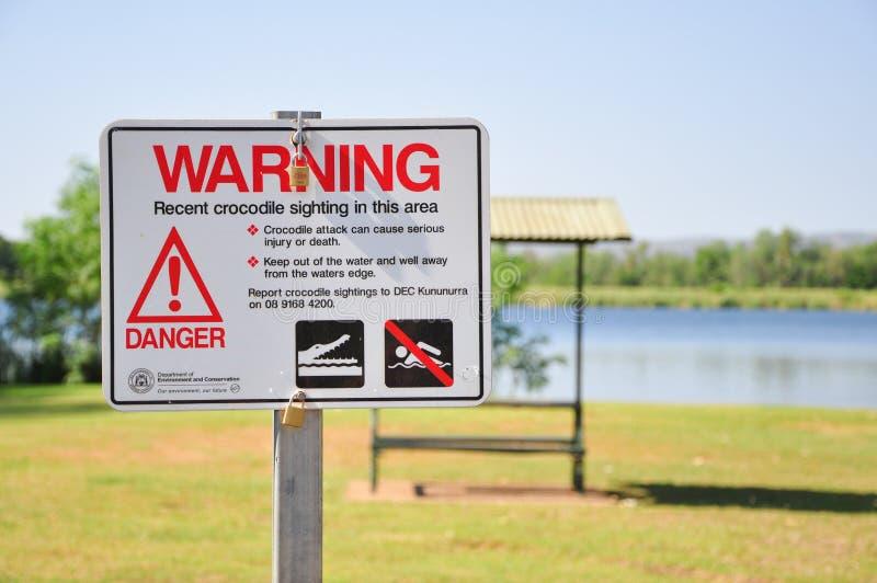 Znak ostrzegawczy Krokodyla dla niedawnych obserwacji krokodyli w tym obszarze Zdjęcie zrobione w pobliżu Kunununurra, Zachodnia  zdjęcie stock