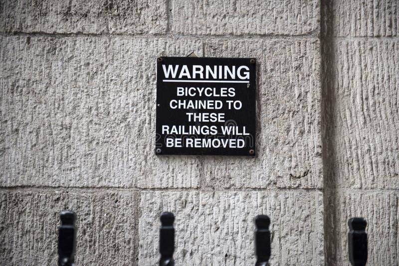 Znak ostrzegawczy na ścianie obrazy royalty free