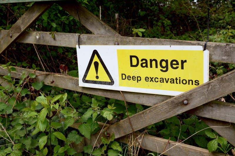 Znak ostrzegawczy - niebezpieczeństwo Głębokie ekskawacje - na drewnianej bramie zdjęcie royalty free