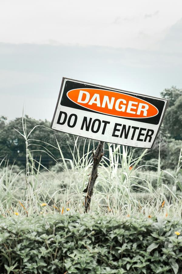 Znak ostrzegawczy pokazuje niebezpieczeństwo obraz stock