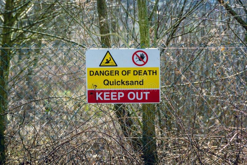 Znak ostrzegawczy widzieć w wczesnej wiośnie quicksand - 1 obrazy stock