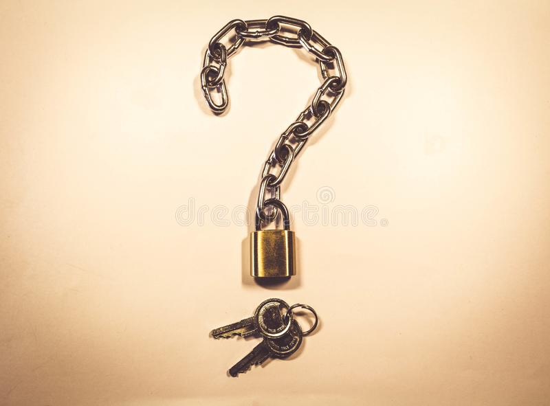 Znak pytać Kędziorek z łańcuchem i kluczami Jesteś ty ochraniałeś obrazy stock