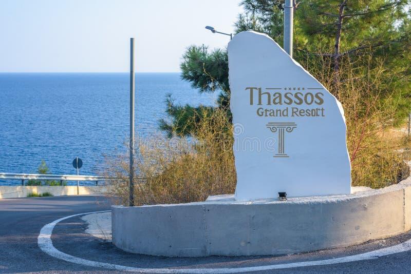 Znak Thassos Uroczysty kurort przy światłem dziennym obraz royalty free