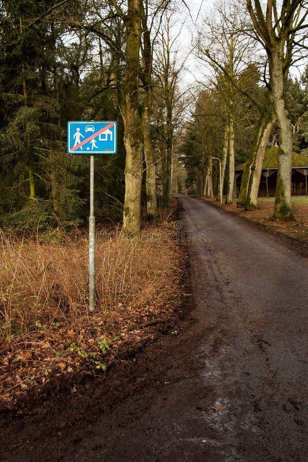 Znak towarowy koniec strefy mieszkalnej na drodze krajowej fotografia stock