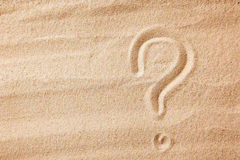 Znak zapytania jest piaskiem malującym na piasku Symbol wybór i wątpliwość obrazy stock
