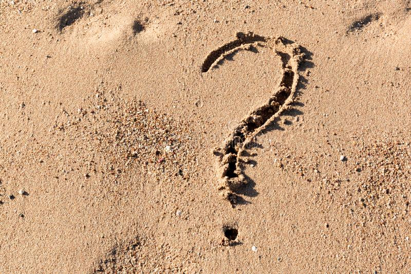 Znak zapytania znak na piasek plaży blisko morza Pojęcie dylemat, odpowiedź i pytanie, zdjęcie stock