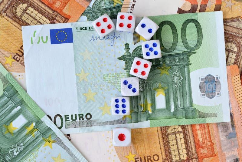 Znak zapytania robić dices na euro pieniądze tle - pojęcie ryzykowne inwestycje i hazard zdjęcie royalty free
