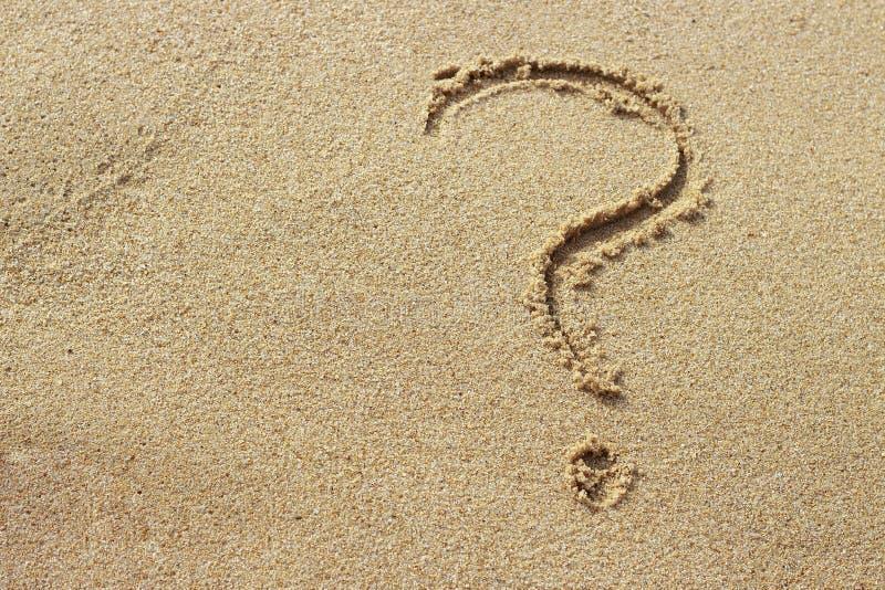 Znak zapytania rysujący na złotego piaska odgórnym widoku, kopii przestrzeń zdjęcia royalty free