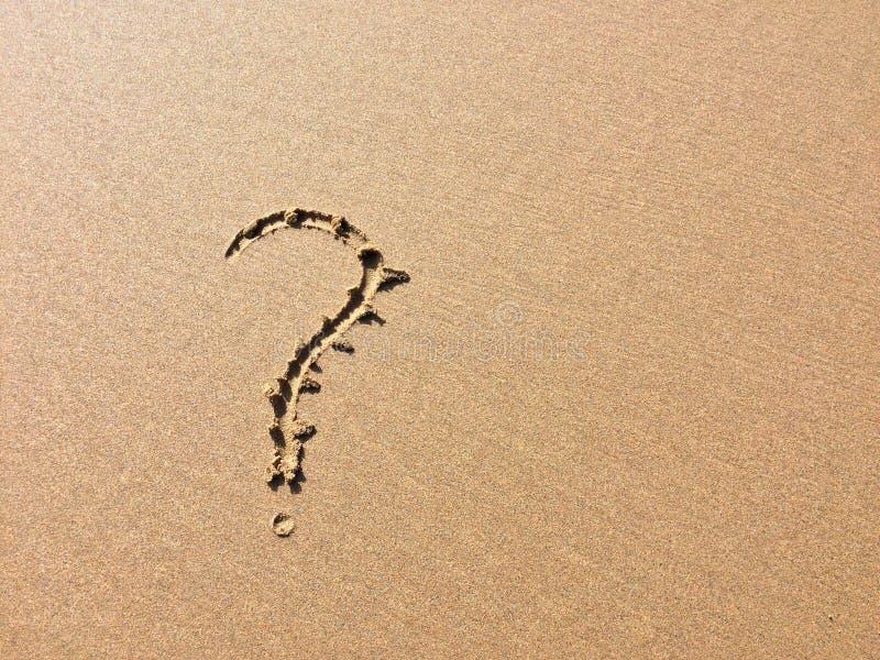 Znak zapytania rysujący w piasku zdjęcie stock