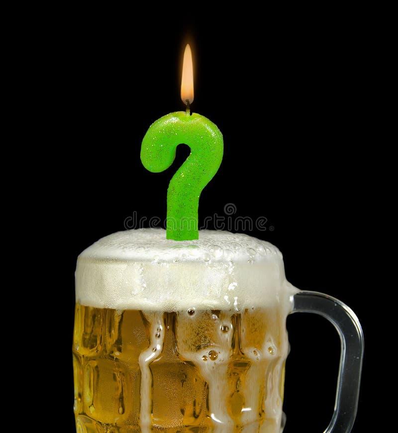 Znak zapytania urodzinowa świeczka w piwie obrazy stock