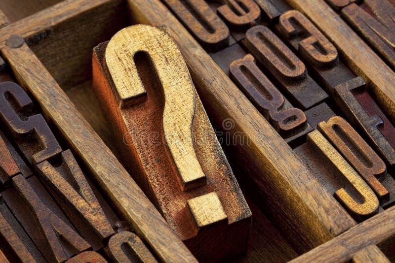 Znak zapytania w letterpress drewna typ fotografia stock