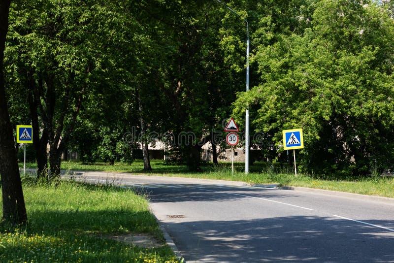 Znak zwyczajny skrzyżowanie na drodze wśród zielonego lasu w lecie obrazy royalty free