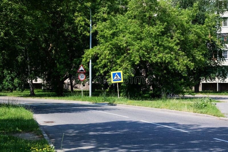 Znak zwyczajny skrzyżowanie na drodze wśród zielonego lasu w lecie zdjęcie stock