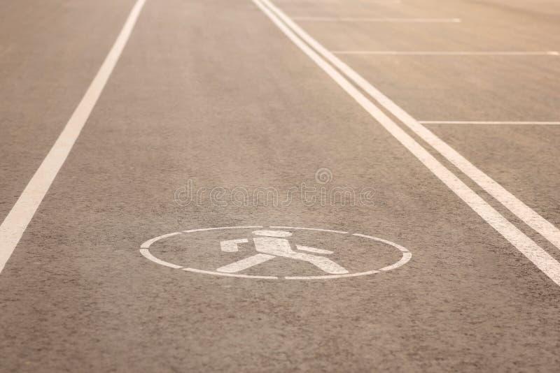 Znak zwyczajny spacer na drodze Droga dla pedestrians zdjęcie royalty free
