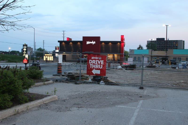Znaka naczelnikostwa kierowcy Wendy ` s fast food jadą Wendy ` s jest liderem w fasta food przemysle zdjęcia royalty free