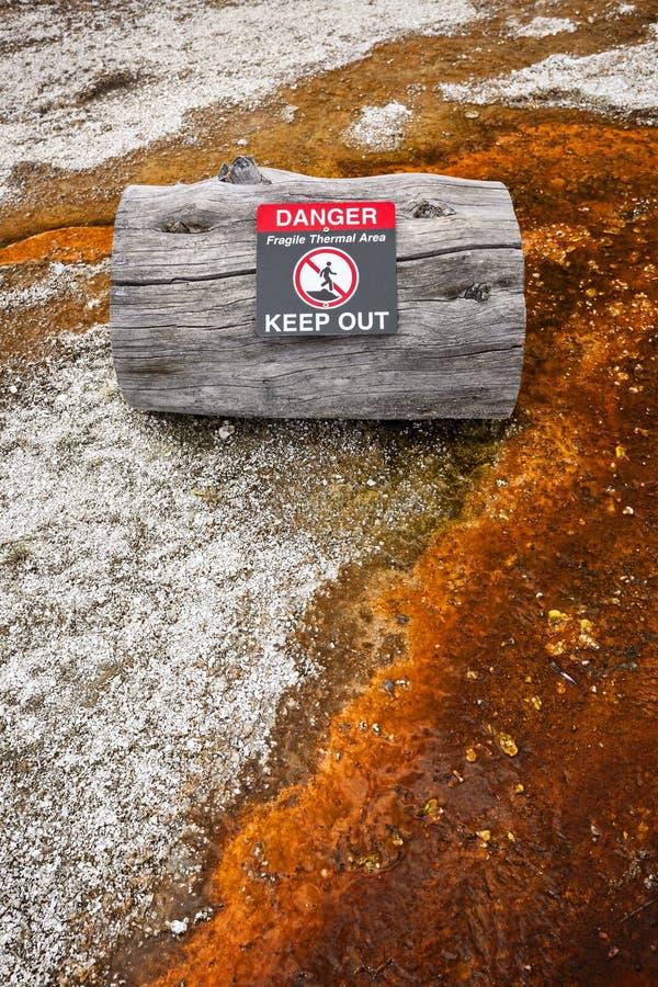 Znaka ostrzegawczego mówić geotermiczny niebezpieczeństwo w Zachodnim kciuka gejzeru b obraz royalty free