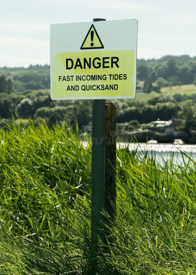 Znaka ostrzegawczego niebezpieczeństwo - przypływy i quicksand, Zjednoczone Królestwo zdjęcie stock