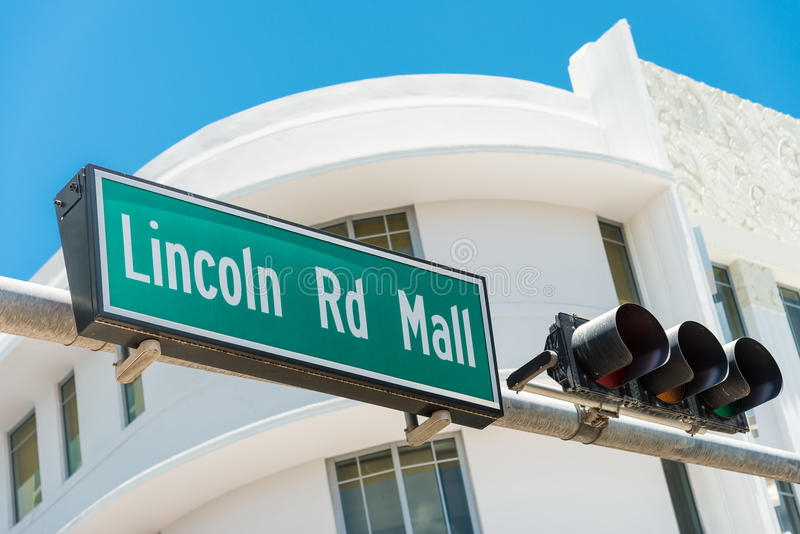 Znaka ulicznego ocechowania kierunki Lincoln droga, Miami zdjęcie stock