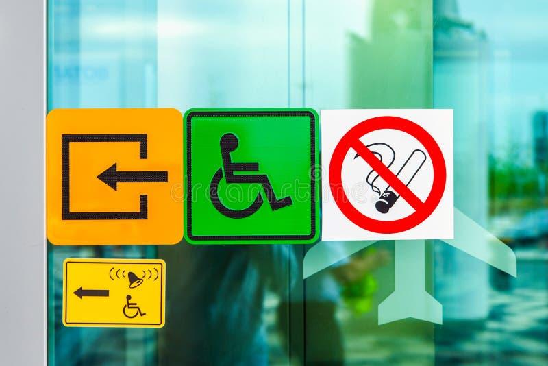 Znaki na szklanym drzwi w lotnisku zdjęcie royalty free