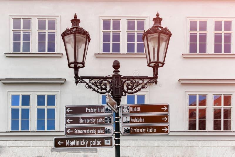 Znaki uliczni dla turyst?w w Praga mie?cie fotografia royalty free