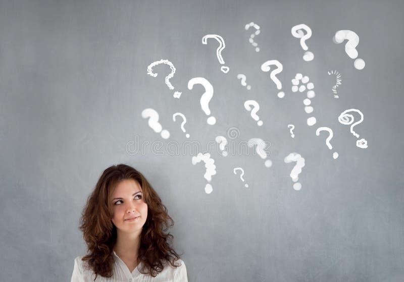 Znaki Zapytania z młodą kobietą obrazy stock