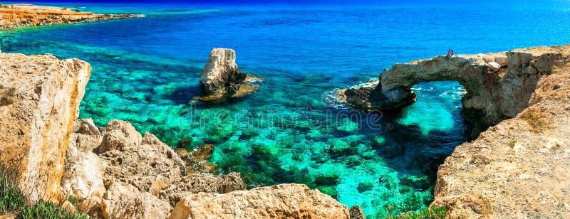 Znakomity piękno i cystal jasny nawadniamy Cypr łękowaty bridg zdjęcia stock